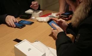 Des utilisateurs de smartphones.