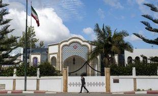 Un homme passe devant l'ambassade d'Iran à Rabat le 2 mai 2018.