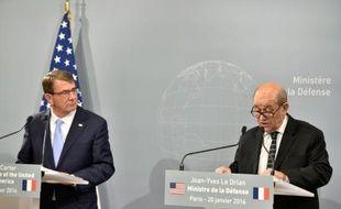 Le ministre de la Défense Jean-Yes Le Drian (d) et son homologue américain Ashton Carter lors d'une conférence de presse sur la lutte contre le groupe Etat islamique en Irak et en Syrie, le 20 janvier 2016 à Paris
