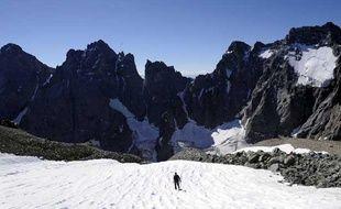 Un alpiniste dans le massif des Ecrins, dans les Alpes françaises, le 8 avril 2010.