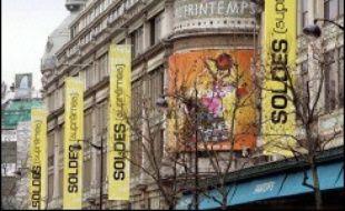 Le coup d'envoi des soldes d'hiver, mercredi, sera marqué par l'appel à la grève lancé par les syndicats de trois grands magasins parisiens (Printemps, Galeries Lafayette et Bon Marché), contre la dérégulation du temps de travail, la précarité de l'emploi et les bas salaires.
