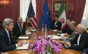 John Kerry et son homologue iranien des Affaires étrangères, Mohammad Javad Zarif,  à Lausanne, en Suisse, le 18 mars 2015.