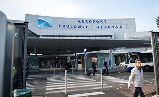 Le parvis de l'aéroport Toulouse-Blagnac.