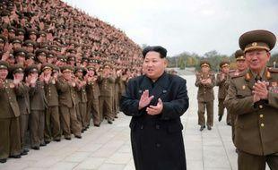 Une photo distribuée par l'agence officielle nord-coréenne KCNA, le 8 novembre 2015 montre le leader nord-coréen Kim Jong-Un (c) lors d'une séance photo avec des militaires