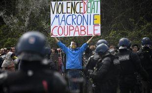 Un manifestant fait face aux gendarmes dimanche 15 avril 2018 dans la ZAD de Notre-Dame-des-Landes.