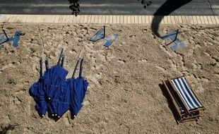 Des parasols et chaises longues sur le sable en bord de Seine à Paris, avant l'ouverture de Paris Plages, le 19 juillet 2016