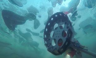 Le robot BRUIE, mis au point par les ingénieurs du Jet Propulsion Laboratory de la Nasa, en test dans les lacs gelés d'Alaska.