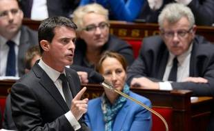 Le Premier ministre Manuel Valls (g), lors de la séance de questions au gouvernement du 17 novembre 2015 à l'Assemblée nationale à Paris
