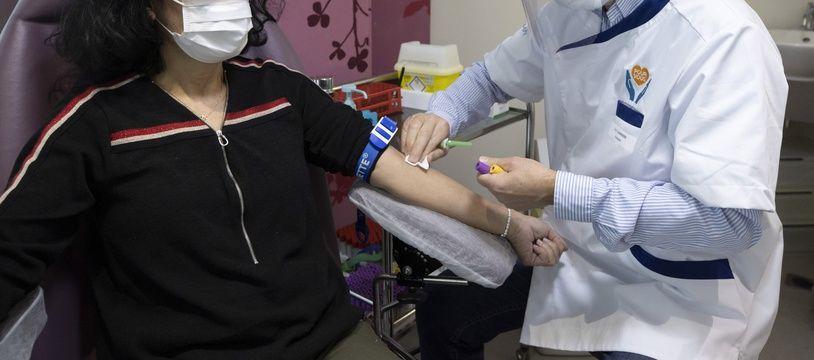 Une prise de sang pour un test sérologique, détectant la présence d'anticorps qui reflètent l'immunité de l'individu à Cannes, le 16 avril 2020 (Illustration)