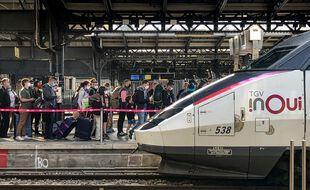 En avril dernier déjà, la police et les contrôleurs SNCF vérifiaient le port du masque, ainsi que les attestation de déplacement des voyageurs arrivant et partant a la gare de l'Est à Paris
