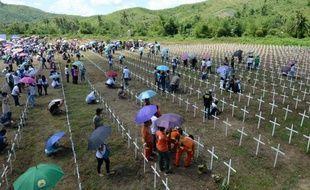 Des survivants du typhon Haiyan rendent hommage à leurs proches victimes de la catastrophe naturelle, près de la ville philippine de Tacloban, le 8 novembre 2014