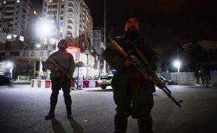 Des policiers le 21 mars 2014 devant l'hôtel Serena cible d'une attaque d'insurgés talibans