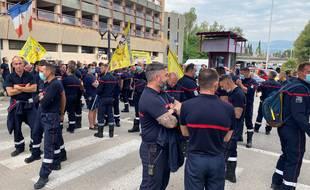 Plus de 250 sapeurs-pompiers, volontaires et professionnels, se sont mobilisés jeudi matin devant la préfecture des Alpes-Maritimes, selon le syndicat