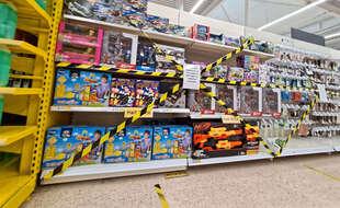 Un rayon de jouets fermé dans un supermarché au Pays de Galles.