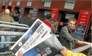 Hier, aux guichets du Stadium, le grand public a pu acheter ses sésames européens.