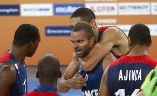 Tony Parker, félicité par ses coéquipiers après la victoire de l'équipe de France face à l'Espagne en demi-finale de l'Euro de basket, le 20 septembre 2013.