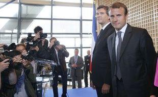 Emmanuel Macron devant Arnaud Montebourg, son prédecesseur au ministère de l'Economie, lors de la passation de pouvoir à Bercy, le 27 août 2014.