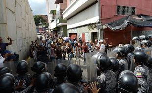 Des Vénézuéliens protestaient à Caracas le 28 décembre 2017 contre la pénurie de nourriture, dont le jambon à l'os, mangé traditionnellement pendant les fêtes de fin d'année.