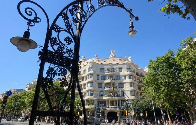 Sur le Passeig de Gràcia, les réverbères dessinés par Gaudí guident ses admirateurs vers la façade ondulée de la Pedrera.