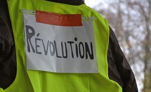 Illustration d'un gilet jaune siglé du mot Révolution