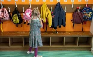 Une jeune élève dans une école maternelle.