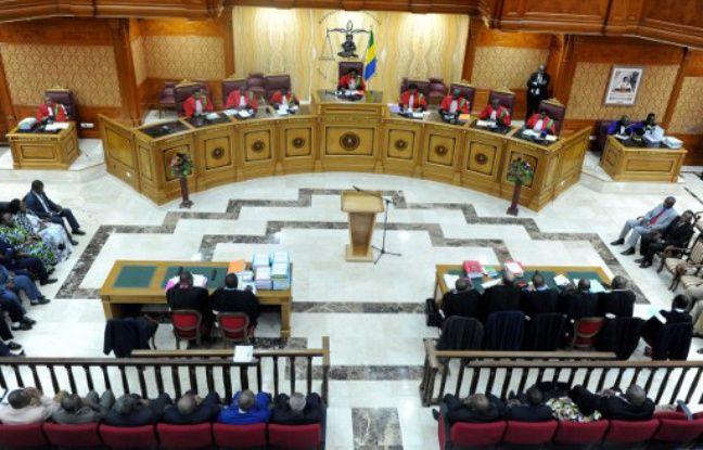 La Cour constitutionnelle du Gabon et sa présidente, Marie-Madeleine Mborantsuo (C), prennent place avant une audience à Libreville, le 22 septembre 2016.