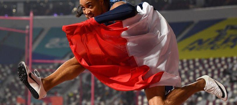 Pascal Martinot-Lagarde fête sa médaille de bronze sur 110m haies lors des Mondiaux de Doha, le 2 octobre 2019.
