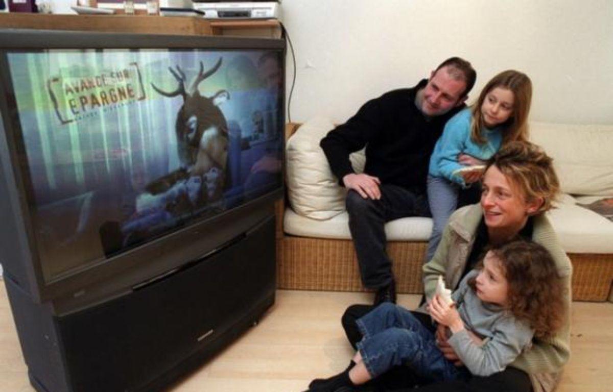 Une famille regarde la télévision – DURAND FLORENCE/SIPA