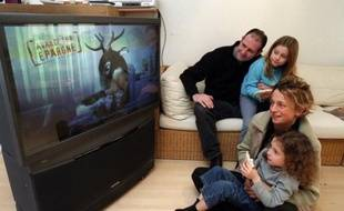 Une famille regarde la télévision
