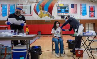 Une lycéenne américaine de 17 ans reçoit sa première injection du vaccin Pfizer le 16 avril 2021 à Salinas, en Californie.