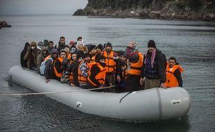 Une ambarcation de migrants accoste sur l'île de Lesbos le 2 janvier 2016.