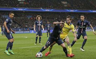 Marco Verratti au duel avec Cesar Azpilicueta lors du match entre le PSG et Chelsea le 17 février 2015.