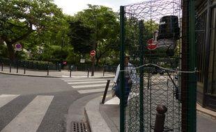 Une des 21 stations météo aux abords du square Montholon (9e).  Ces stations ont été installées fin juillet par la mairie de Paris.