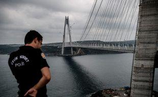 Un policier anti émeute près du pont Yavuz Sultan Selim à Istanbul