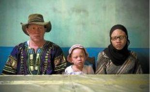 Mouhamadou Bamba Diop, 33ans, sa fille Fatoubinta, 5 ans et Mam Benda, 31 ans (de gauche à droite).Mouhamadou Bamba Diop est président de l'Association nationale des albinos du Sénégal (Anes).