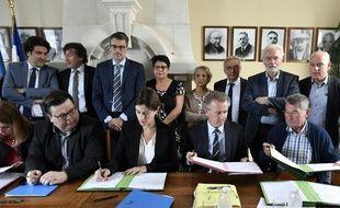 """Signature, le 28 juin 2016 à Puisseguin, d'un """"accord cadre d'indemnisation à l'amiable"""" pour les proches des victimes de l'accident de car en octobre 2015 à Puisseguin en Gironde"""