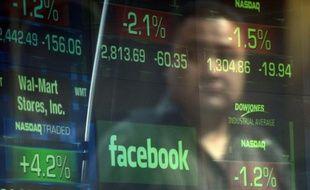 Le site internet communautaire Facebook a beau avoir vu son titre chuter presque de moitié depuis son entrée en Bourse il y a onze semaines, certains analystes conseillent d'attendre encore avant de se risquer à y investir.