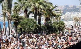 Une minute de silence a été respectée à Nice par une foule de plusieurs milliers de personnes rassemblées sur la Promenade des Anglais