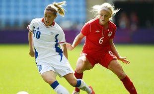 La joueuse française Camille Abily (à g.), lors de la petite finale des Jeux olympiques de Londres, le 9 août 2012 contre le Canada.