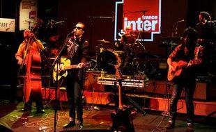 Le chanteur Jean Elliot Senior, avec son groupe, à l'enregistrement du radio-crochet «On a les moyens de vous faire chanter», le 9 janvier 2014 à Paris.