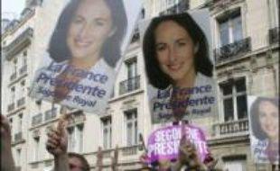 Des cris de victoire fusaient dimanche dès 18H00 salle Gaveau à Paris, où étaient réunis plusieurs centaines de militants et sympathisants UMP, tandis qu'au même moment rue de Solférino, les militants socialistes attendaient dans une ambiance morose le résultat du scrutin.