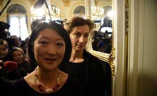 Fleur Pellerin (premier plan) et Audrey Azoulay lors de la passation de pouvoir à Paris, le 12 février 2016
