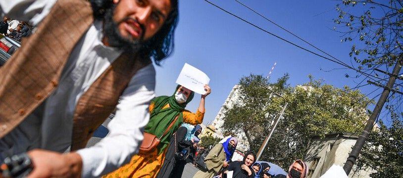 Un taliban attaque un photo-journaliste étranger couvrant une manifestation de femmes, le 21 octobre 2021 à Kaboul, en Afghanistan.