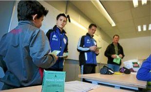 Après des cours théoriques, les élèves passent un test.