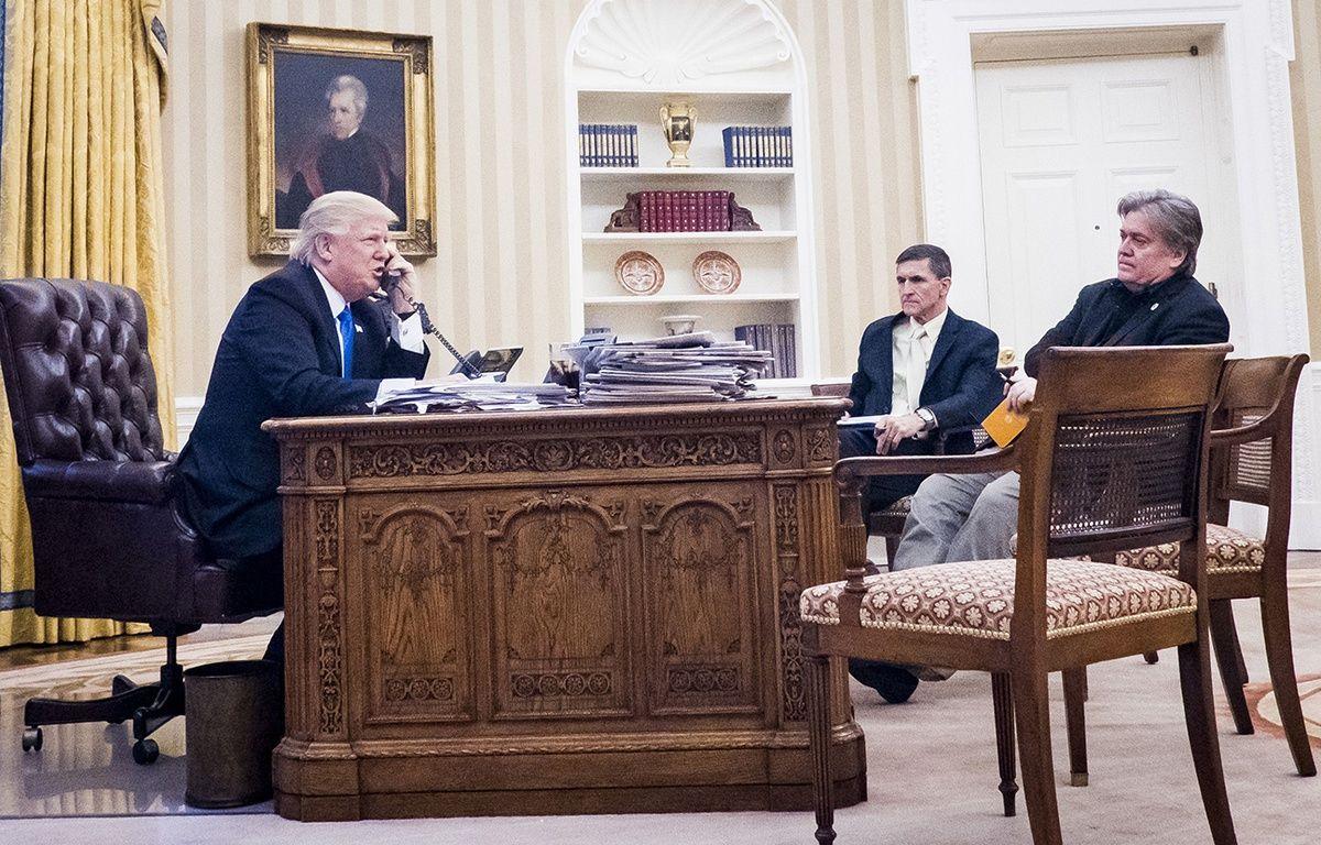 Donald Trump et ses conseillers Michael Flynn et Steve Bannon. – PETE MAROVICH/SIPA