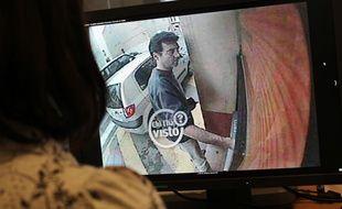 Xavier Dupont de Ligonnès retirant de l'argent à un distributeur de Roquebrune-sur-Argens (Var) le 14 avril 2011, commune où il a été vu pour la dernière fois.