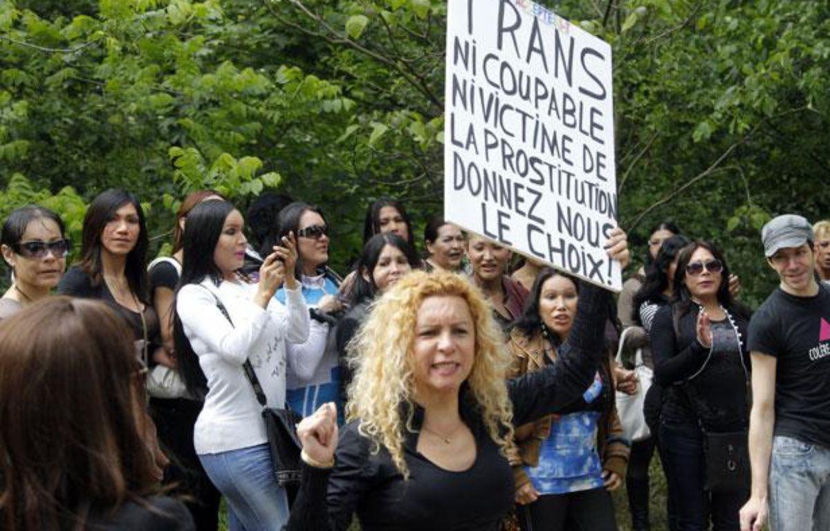 Une centaine de prostituées du bois de boulogne manifestaient, le 18 mai 2012, contre le «harcèlement» dont elles se disent victimes – PIERRE VERDY / AFP