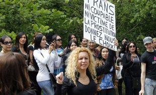 Une centaine de prostituées du bois de boulogne manifestaient, le 18 mai 2012, contre le «harcèlement» dont elles se disent victimes