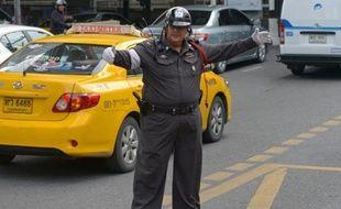 Des dizaines d'agents de la circulation bedonnants transpirent sur de la musique pop thaïlandaise. Ventres bondissants et bras potelés, ils ont rejoint des cours de remise en forme destinés à combattre le surpoids des policiers de Bangkok.