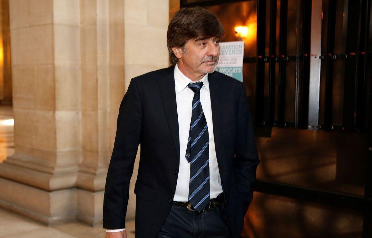 Michel Neyret arrive à l'audience du 10 mai 2016, à Paris. – THOMAS SAMSON / AFP